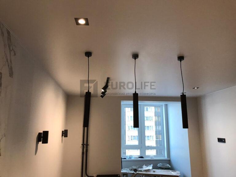 Светильники направленного свечения в трек-системе позволяют подсветить нужную зону (картины, фото, телевизоры и т.д)