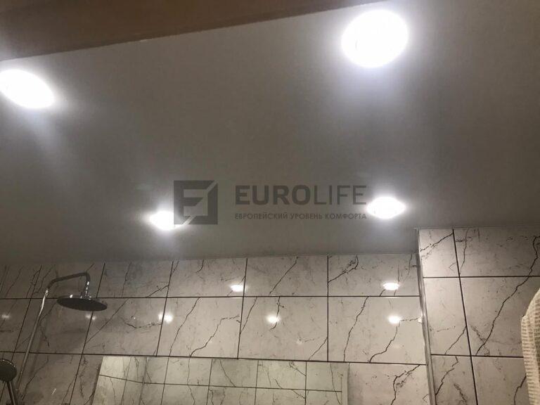 светильники отражаются в глянцевой плитке