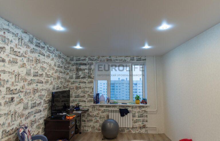 в комнате не обязательно должна быть люстра, достаточно и светильников