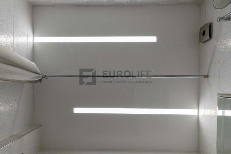 белый лаковый потолок со световыми линиями в ванной