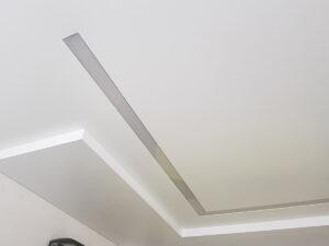 Г-образная световая полоса в двухуровневом потолке.