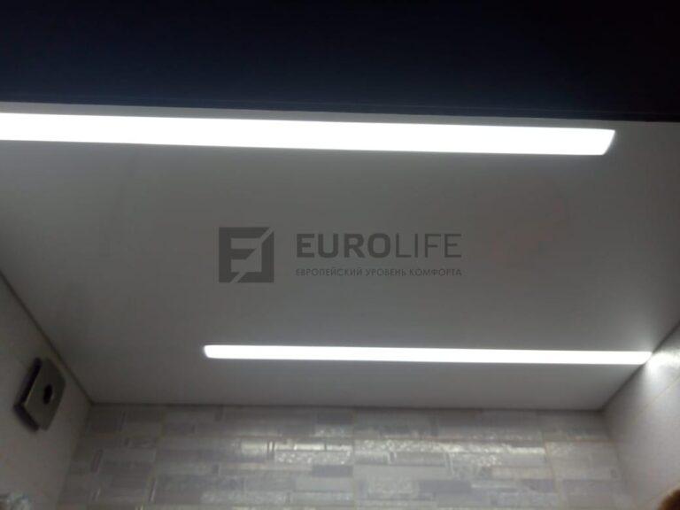 глянцевый белый потолок в ванной со световыми линиями Макси