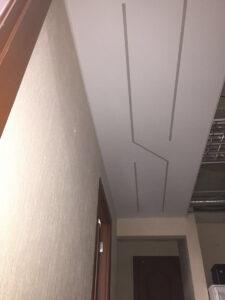 Интересное размещение световых полос в коридоре (в выключенном состоянии).