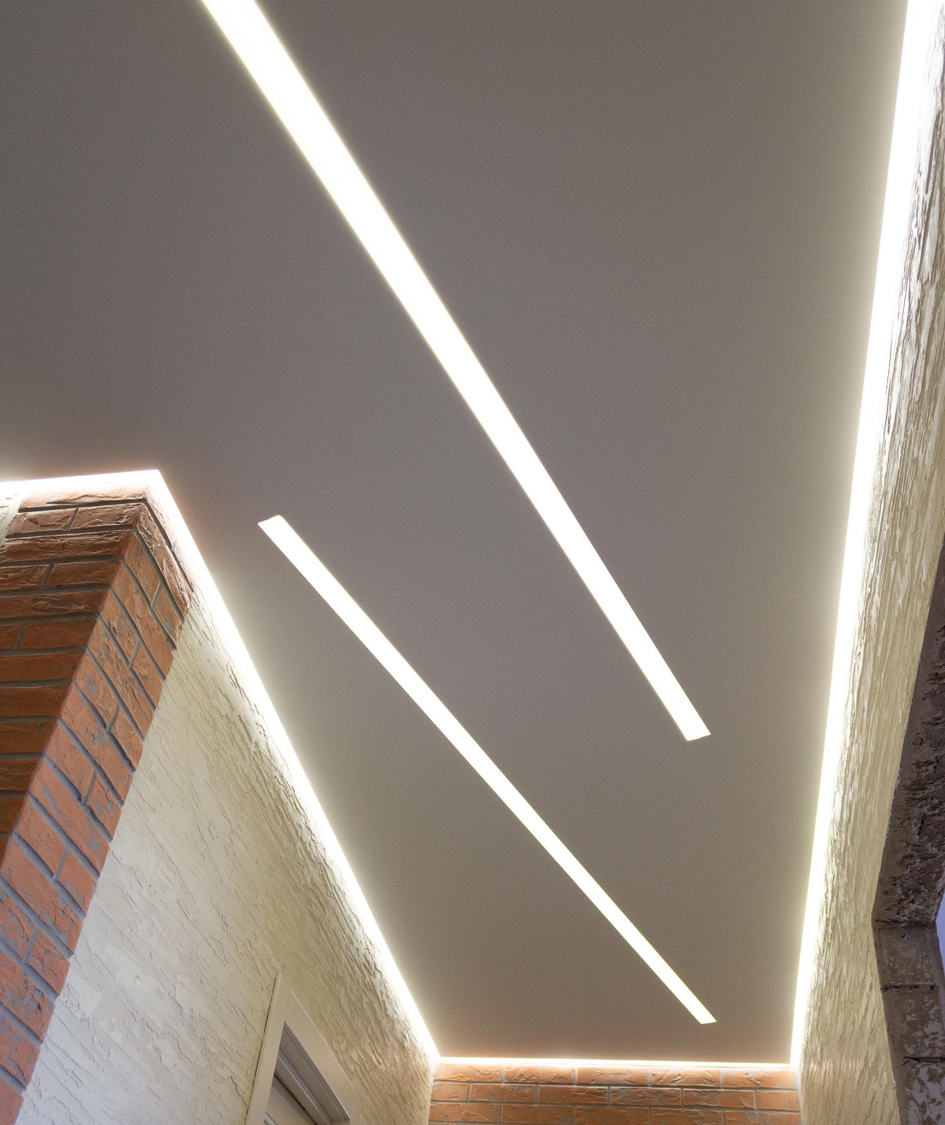 комбинация световых линиий и контурного потолка