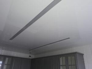 Ниша для скрытого карниза у окна в комнате выполнена без подсветки, но световые линии и контурная подсветка стены достаточны сами по себе для комфортного освещения.