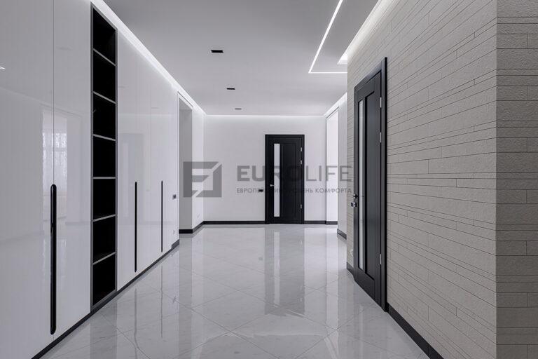 парящий потолок со световой линией в коридоре