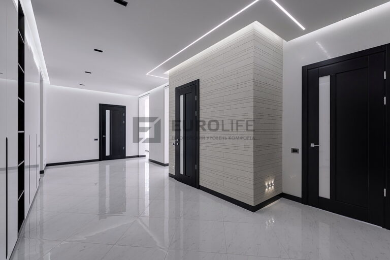 парящий потолок со световой линией в прихожей