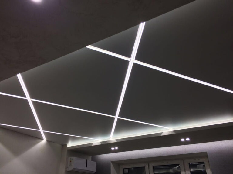 Подсветка ниши для скрытого карниза, закарнизная подсветка и световые линии от стены до стены.