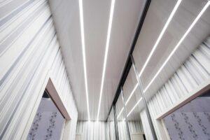 потолок в коридоре со световыми линиями