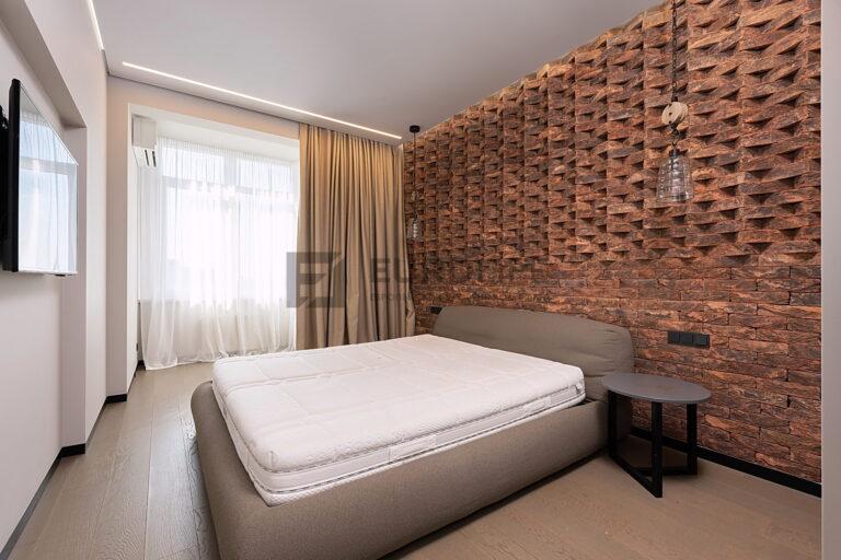 сатиновый потолок с контурной подсветкой световой линией и скрытым карнизом в спальне