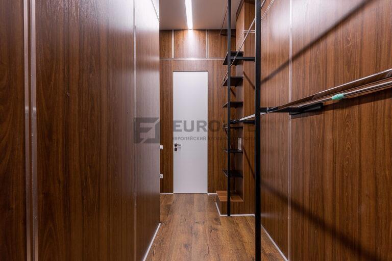 сатиновый потолок со световой линией в гардеробной