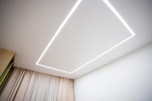 скрытый карниз и освещение комнаты световыми линиями