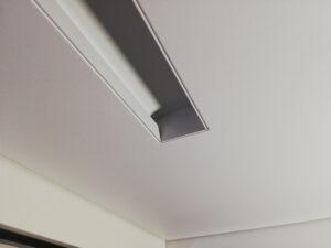 Slott - белая световая линия в пвх-потолке.