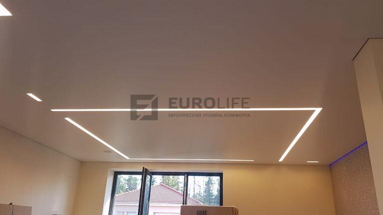 Световые линии как основное освещение на потолке и декоративная подсветка стены