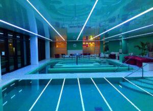световые линии как разделитель в больших помещениях