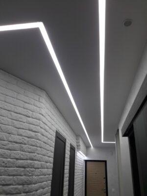 световые линии в прихожей