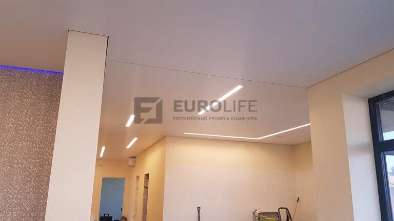 Теневой периметр потолка с подсветкой без маскировочной резинки, разделитель также теневой