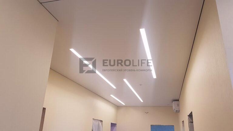 Теневой потолок на профиле eurokraab с освещением в нишах SLOTT