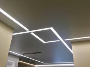 Световые линии slott в гостиной и парящая подсветка над рабочей зоной.