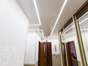 Световые полосы в коридоре с глянцевым потолком.