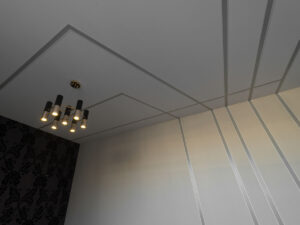 выключенные на потолке и стенах