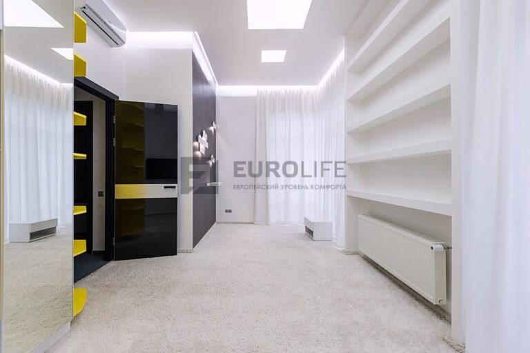 белый потолок с подсветкой по периметру и световыми окнами в прихожей