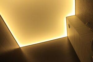 теплая подсветка натяжного потолка в ванной
