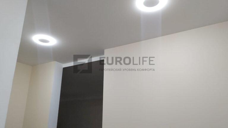 белый тканевый потолок в прихожей с закарнизной подсветкой