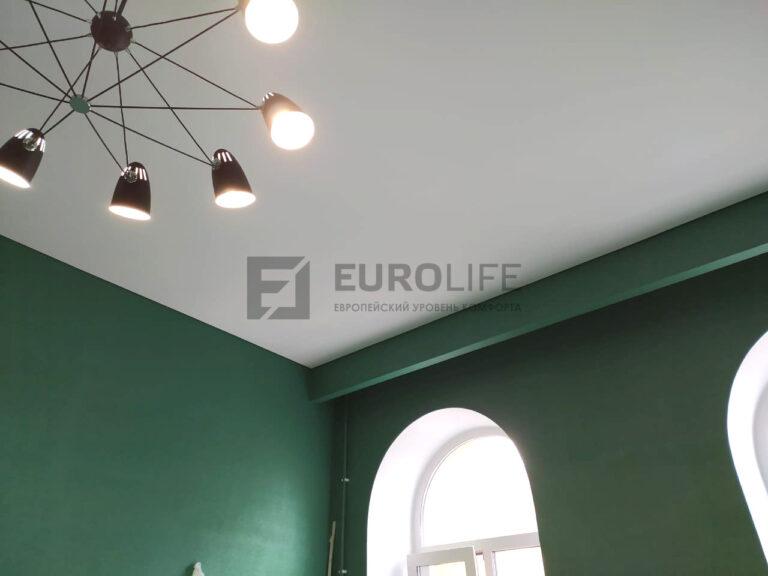 белый тканевый теневой потолок в гостиной