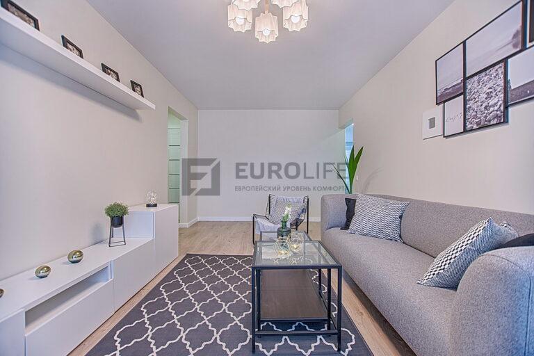 классический белый тканевый потолок в гостиной