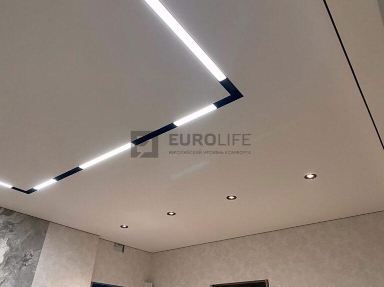 Сочетание линейных светильников в нише и точечных на демпферном потолке