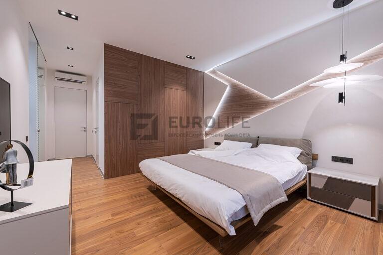 тканевый потолок в спальне с карданными светильниками