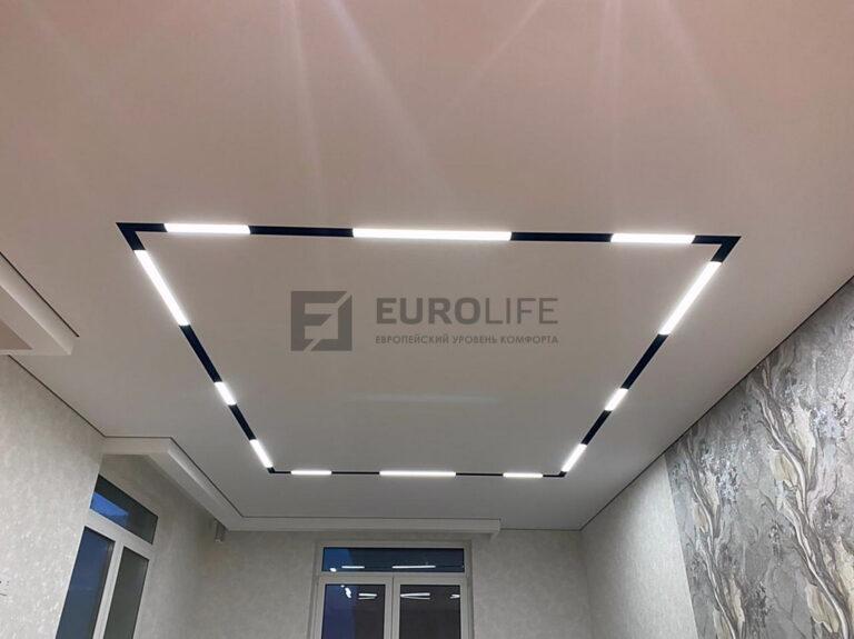 Тканевый теневой потолок с современным освещением