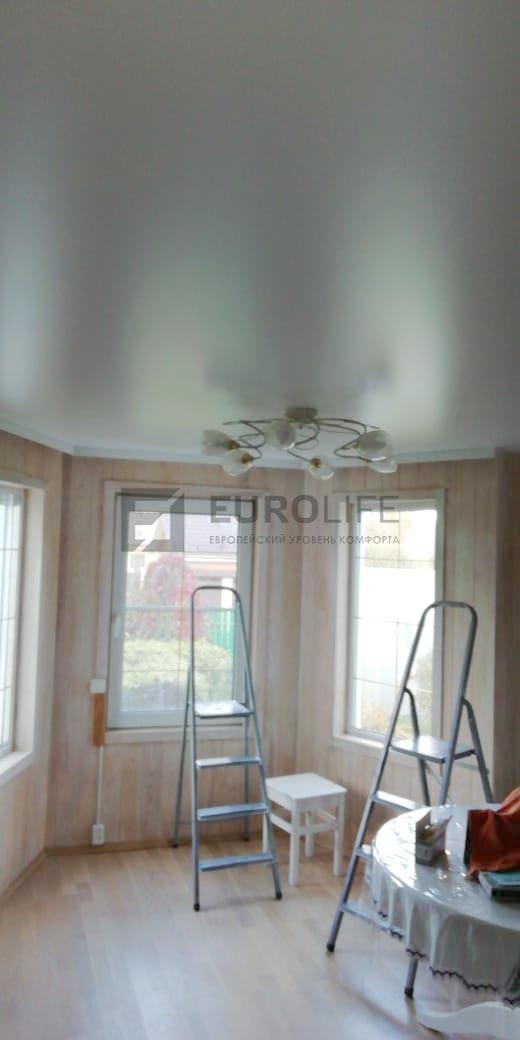 белый сатиновый потолок со скрытым карнизом в гостиной в загорордном доме