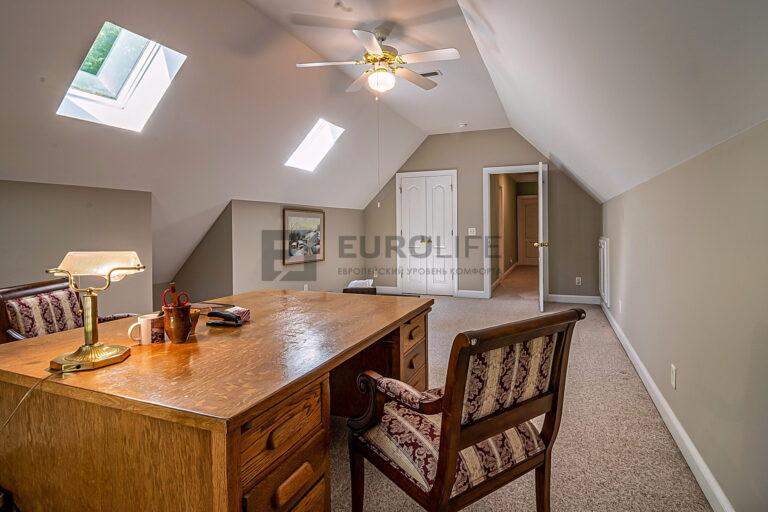 белый тканевый потолок в кабинете на мансарде частного дома