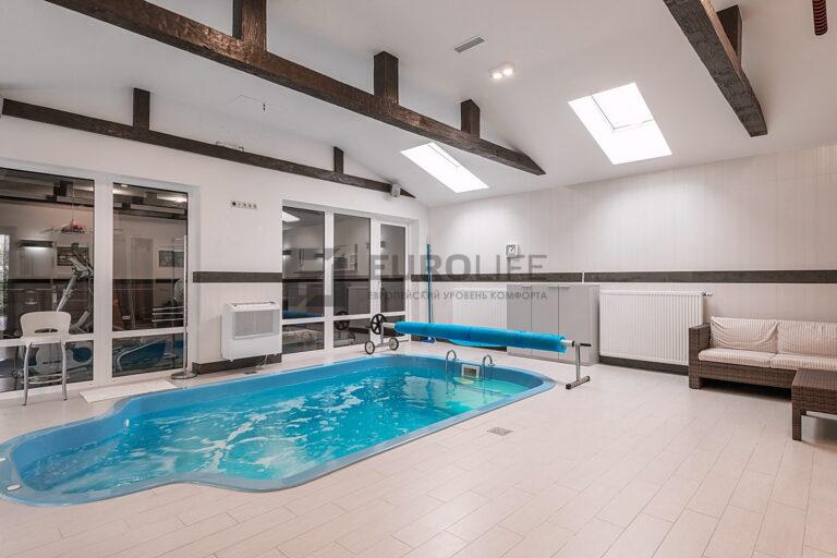 белый матовый потолок в бассейне с отверстиями под вентиляцию и закладными под крепление декоративных балок