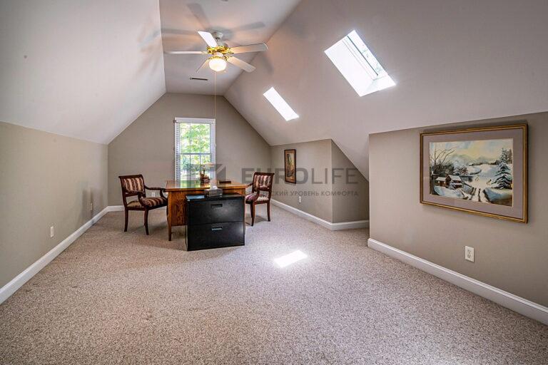 строгий белый тканевый потолок в мансардной комнате