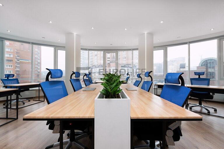 белый матовый потолок с точечными светильниками в офисе с колоннами