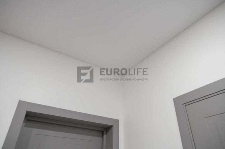 белый сатиновый потолок в прихожей