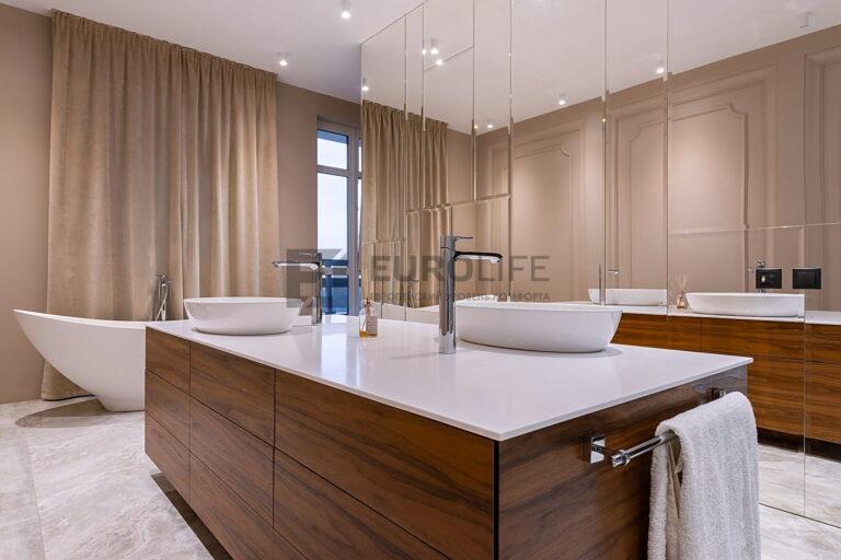 белый матовый потолок в ванной комнате с автоматическим карнизом для штор