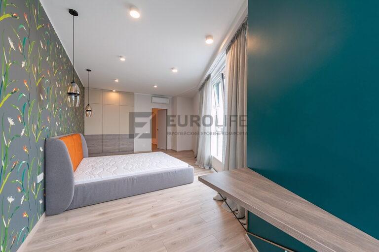 белый потолок в спальне со светильниками rondo