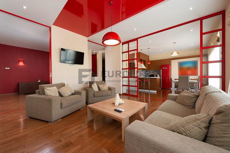 двухцветный белый матовый и красный глянцевый потолок в квартире