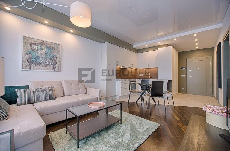двухуровневый глянцевый и матовый потолок в гкл коробе со светильниками и люстрой в квартире