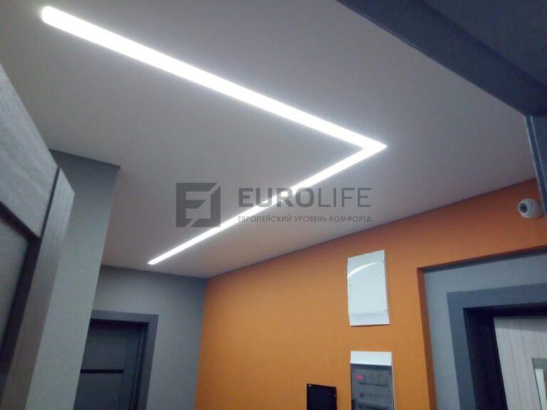 матовый белый теневой потолок в коридоре со световой линией Макси
