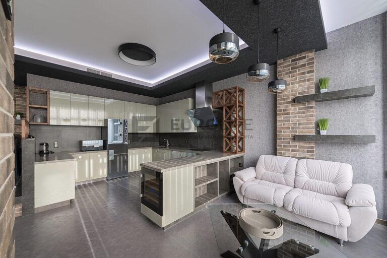белый потолок с подсветкой по периметру в коробе из гипрока на кухне