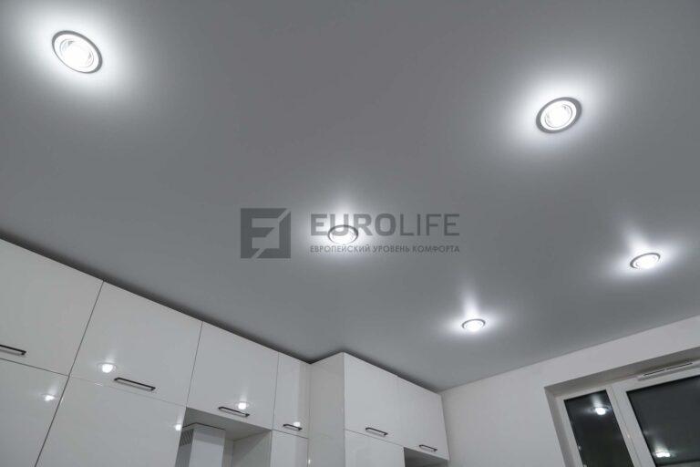 белый сатиновый потолок со светильниками на кухне
