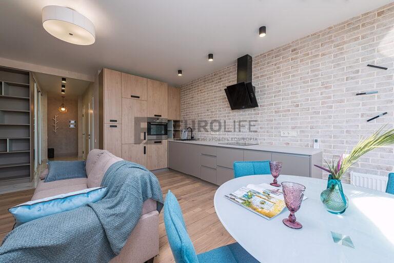 белый сатиновый потолок на кухне совмещенной с гостиной