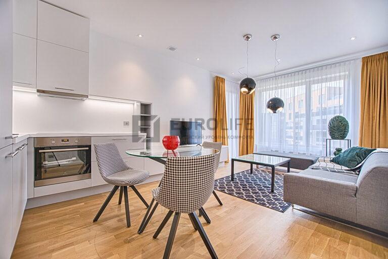 белый сатиновый потолок с отверстием под вентиляцию в совмещенной кухне гостиной