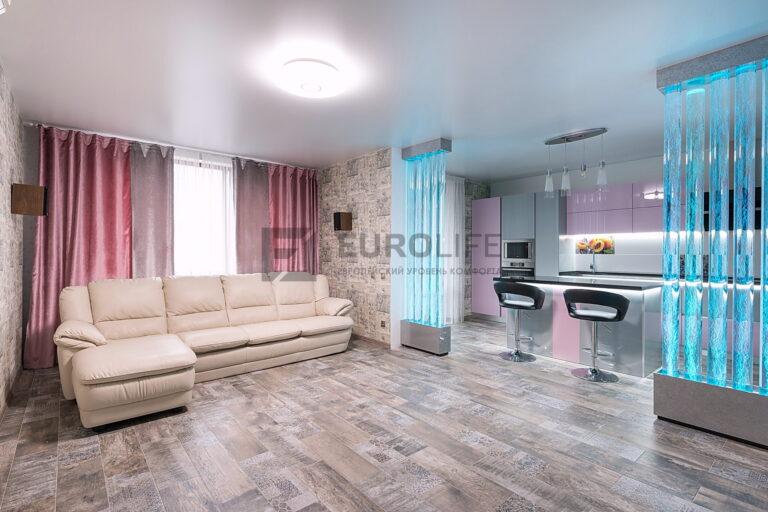 белый сатиновый потолок в гостиную совмещенную с кухней и закладными под декоративные перегородки