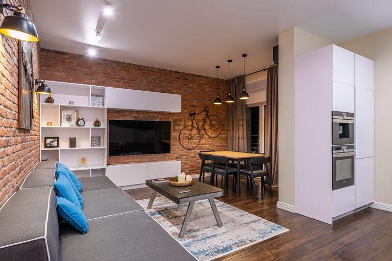 белый сатиновый потолок в кухне гостиной